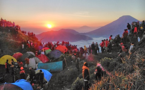 Sikunir Hill Golden Sunrise